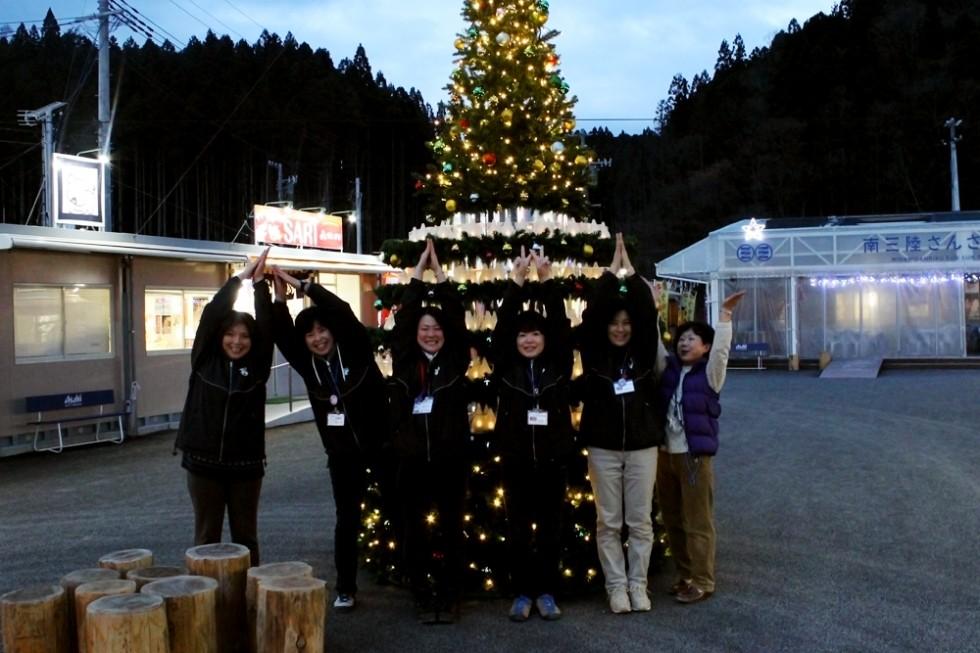 南三陸さんさん商店街に、クリスマスツリーが設置されました。