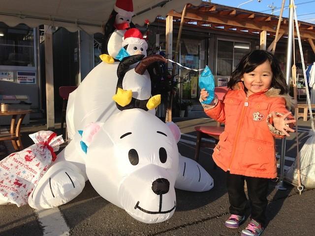 伊里前福幸商店街にサンタのペンギンとシロクマが登場です!
