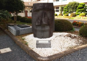 志津川高校に立つモアイ(志津川)