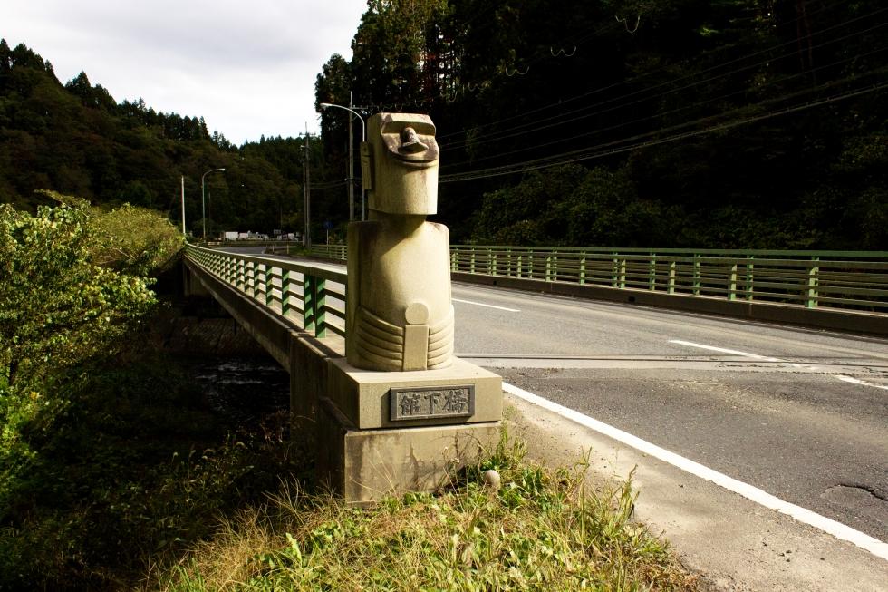 舘下橋に立つ2体のモアイ(入谷)