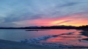 夕焼け色に染まる海岸