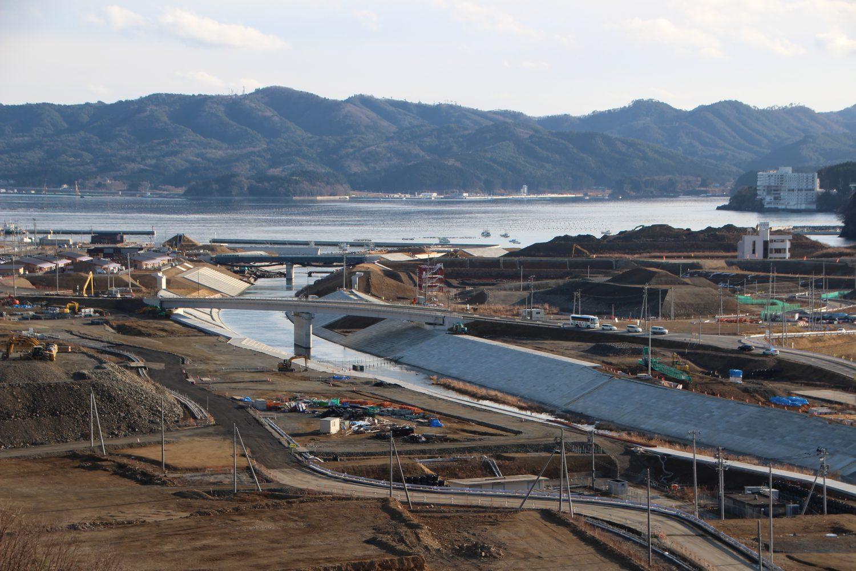高台から見る志津川の町並み(2018年1月)