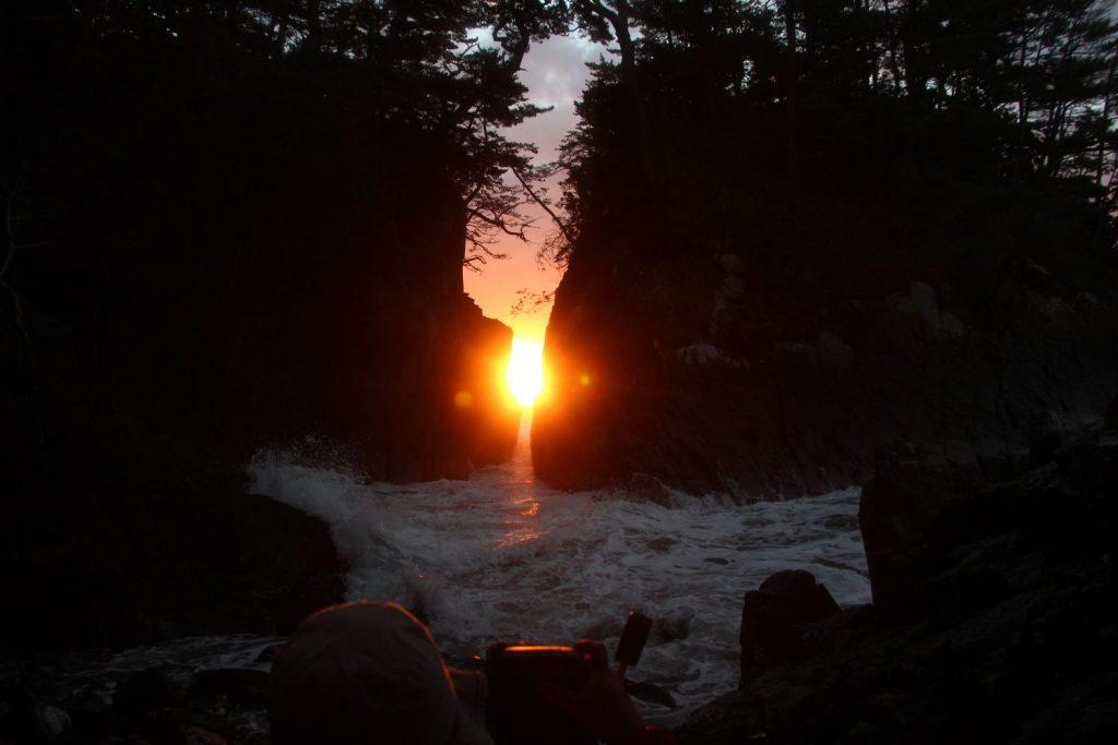 【毎年期間限定】2月中旬「神割崎」の岩間からの日の出